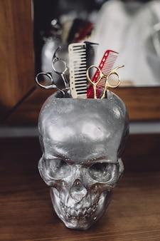 Peignes et ciseaux dans le crâne