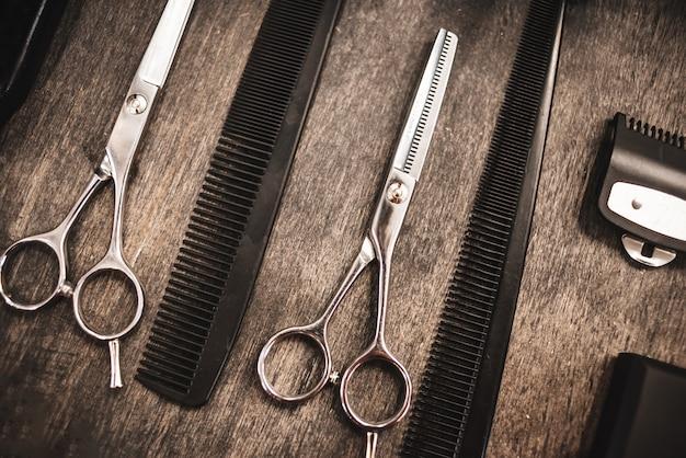 Peignes et ciseaux pour couper les cheveux se trouvent sur une étagère dans un salon de coiffure