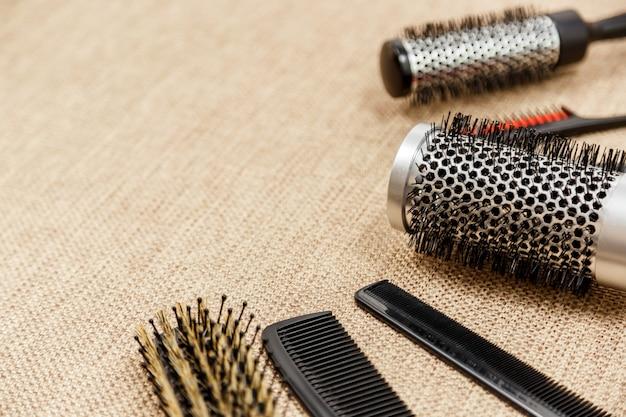 Peignes et outils de coiffeur sur fond beige