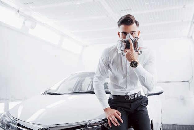 Peignez une voiture dans un service de voiture spacieux.