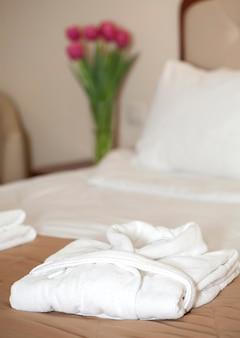 Peignoir blanc sur le lit