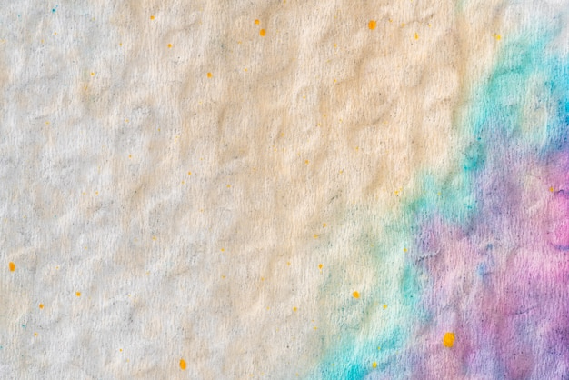 Peindre en couleur sur fond de papier