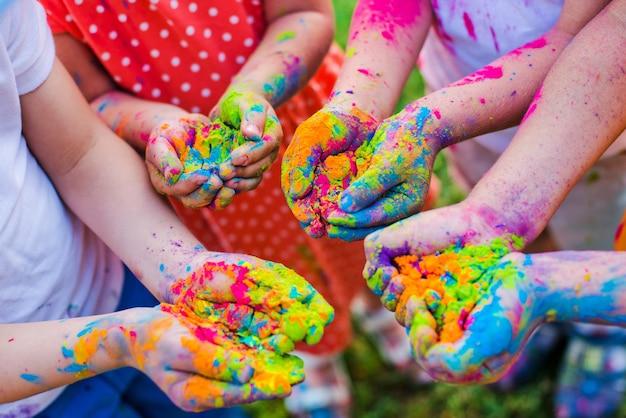 Peindre holi sur les mains