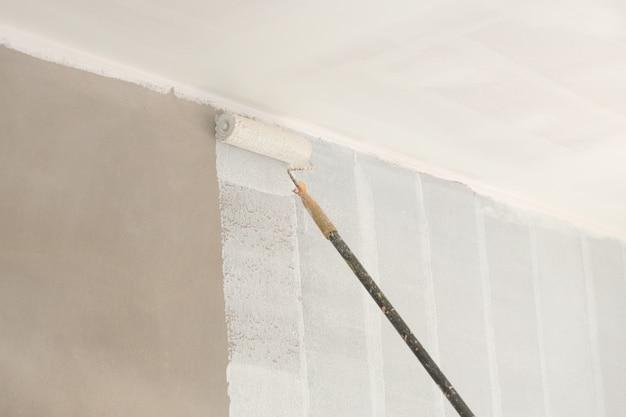 Peindre un mur et un plafond avec un rouleau