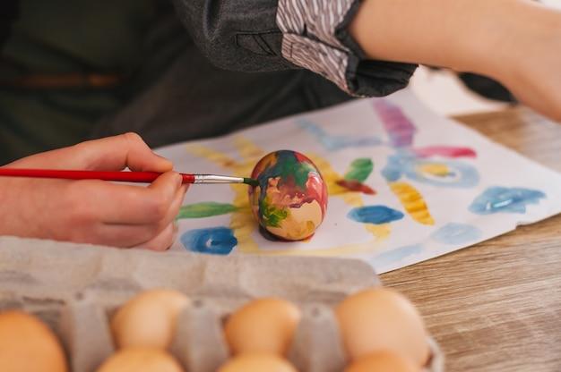 Peindre des oeufs de pâques