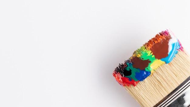 Peindre avec de la peinture multicolore