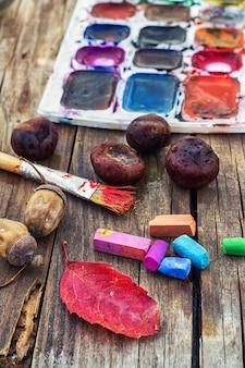 Peindre sur la table d'automne
