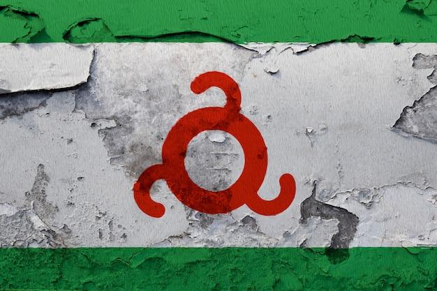 Peint le drapeau national d'ingouchie sur un mur de béton