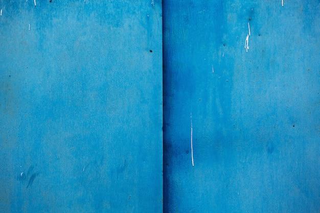 Peint avec un fond texturé en métal de couleur bleue