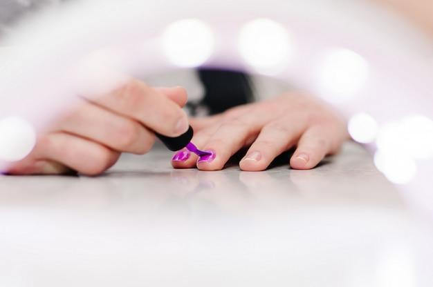 Peint à la main les ongles