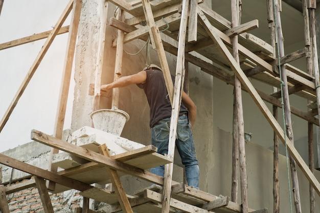 Peint, ouvriers peints en blanc sur le mur