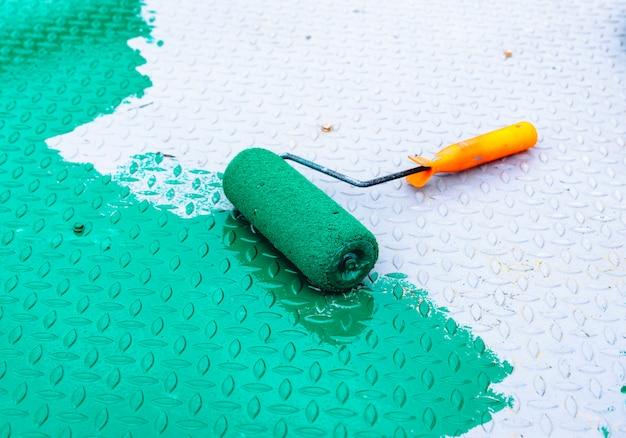 Peint avec un rouleau sur le sol en acier