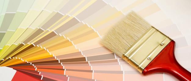 Un peintre choisit une teinte de peinture pour l'intérieur des murs de la maison. avec intérieur