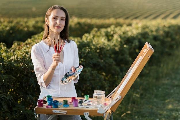 Peintre créatif vue de face dans la nature