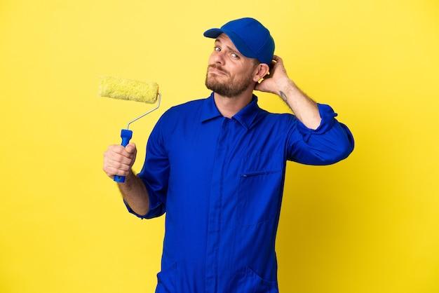 Peintre homme brésilien isolé sur fond jaune ayant des doutes