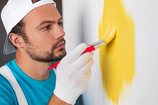 Peintre professionnel peinture murale avec pinceau