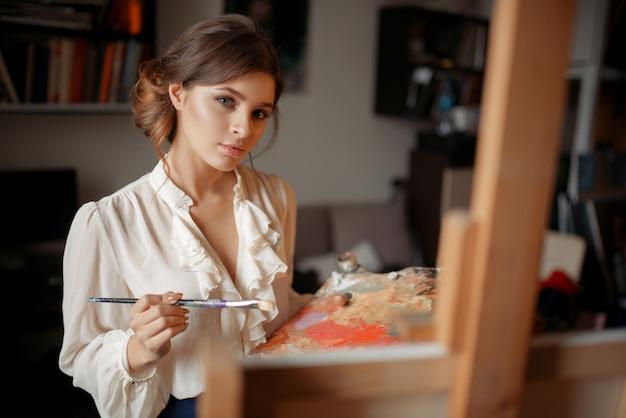Peintre réfléchie avec palette de couleurs