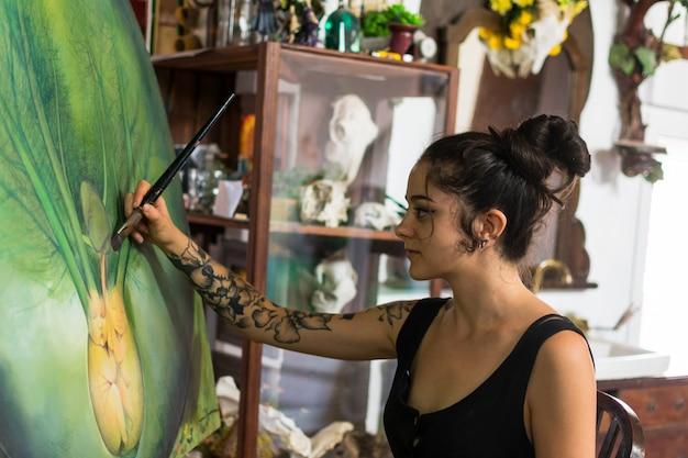 Peintre termine sa peinture dans son atelier