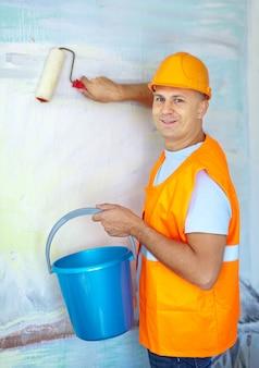 Peintres en bâtiment avec rouleau à peinture