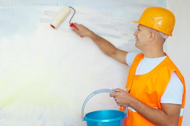 Peintres maison avec rouleau de peinture
