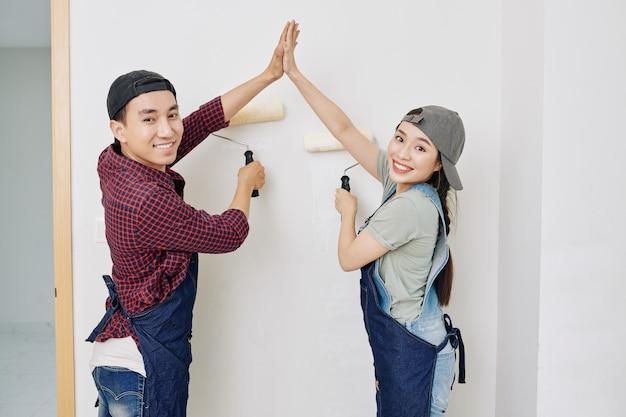 Peintres de murs heureux