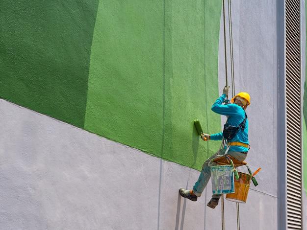 Peintres peignant l'extérieur du bâtiment