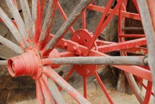 Peints roue de chariot rouge