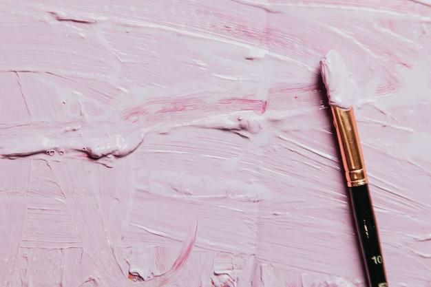Peinture abstraite acrylique et aquarelle. fond de toile avec un pinceau, couleur rose