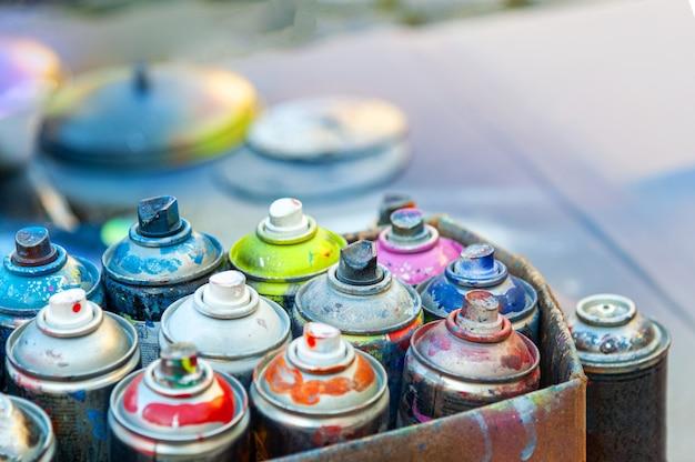 Peinture en aérosol utilisée dans des boîtes en carton.