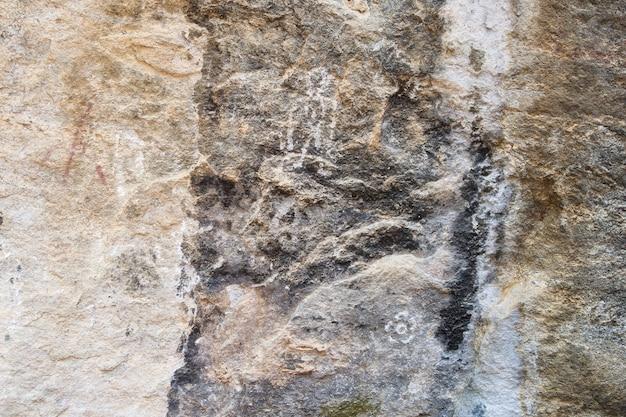 Peinture ancienne (humaine, fleur) sur pierre, parc national de op luang, chiang mai, thaïlande