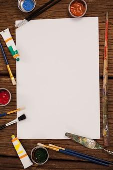 Peinture aquarelle et pinceaux et papier blanc sur table en bois