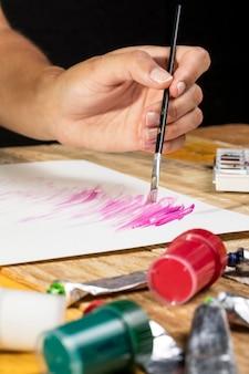 Peinture d'artiste au pinceau sur papier
