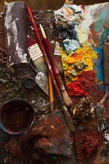 Peinture artistique, palette, pinceaux, crayon