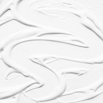 Peinture blanche brillante dans la boue