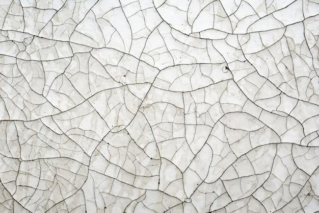 Peinture blanche craquelée de la vieillesse sur une surface en bois.