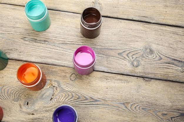 Peinture des bouteilles sur du bois rustique
