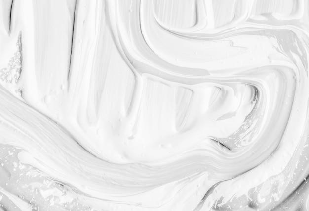 Peinture brillante dans les traces de la brosse