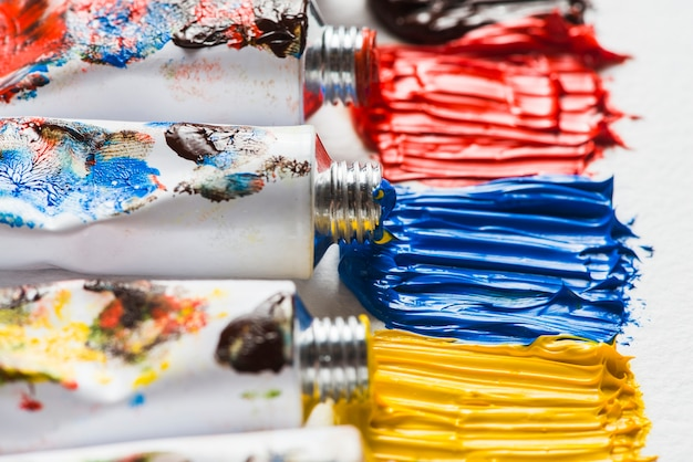 Peinture brillante près des tubes