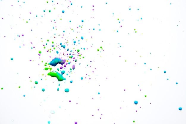 Peinture colorée en aérosol sur blanc