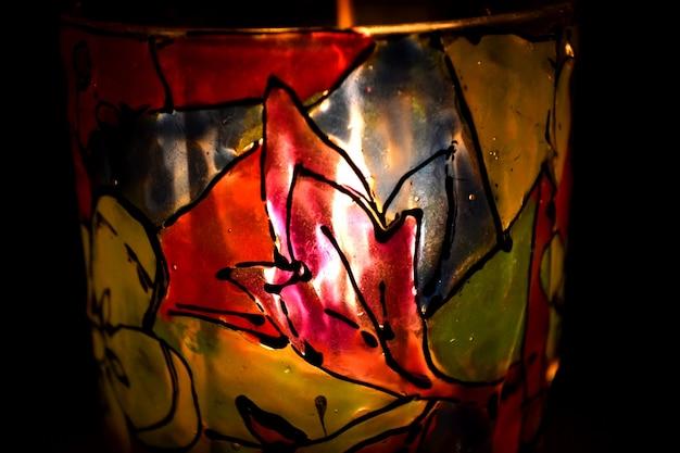 Peinture colorée de dessin abstrait sur le plan rapproché de chandelier