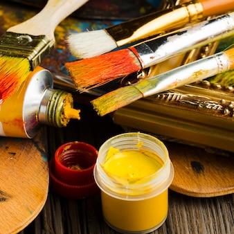 Peinture de couleur haute vue et gros plan de pinceaux