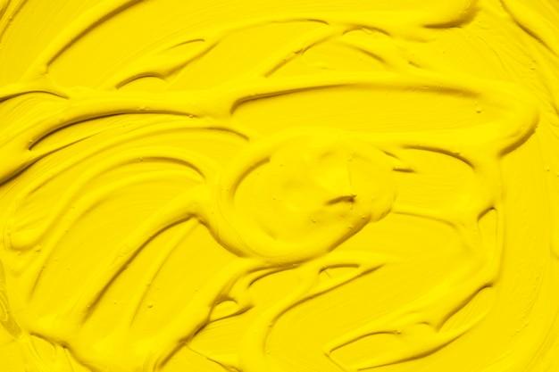 Peinture de couleur jaune vif dans la boue