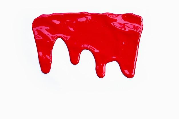 Peinture de couleur rouge dégoulinant, recadrage de couleur sur fond blanc