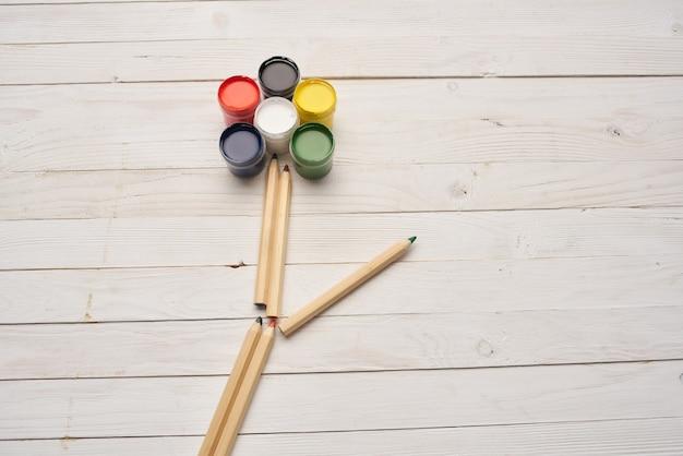Peinture dessin créatif apprentissage fond bois