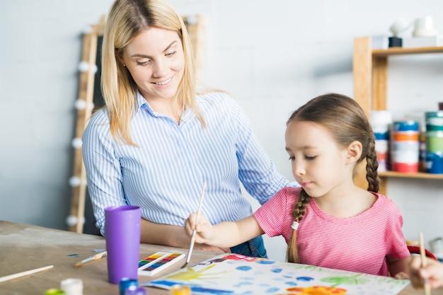 Peinture enfant en cours d'art