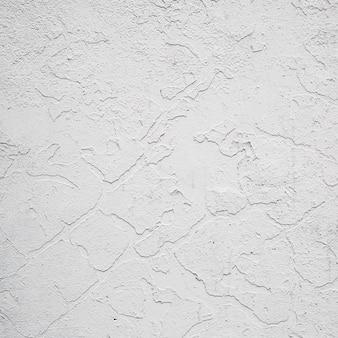 Peinture de façade exfoliée sur un mur.