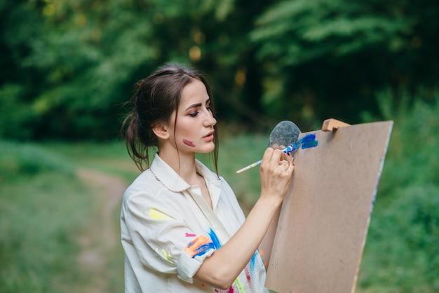 Peinture femme sur une surface brune