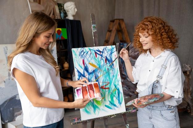 Peinture de femmes à plan moyen
