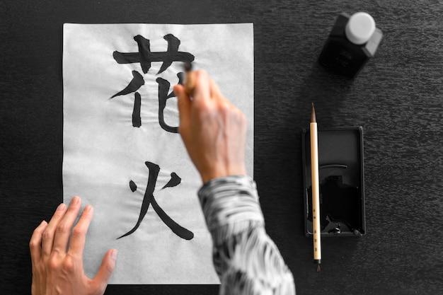 Peinture à la main gros plan sur papier