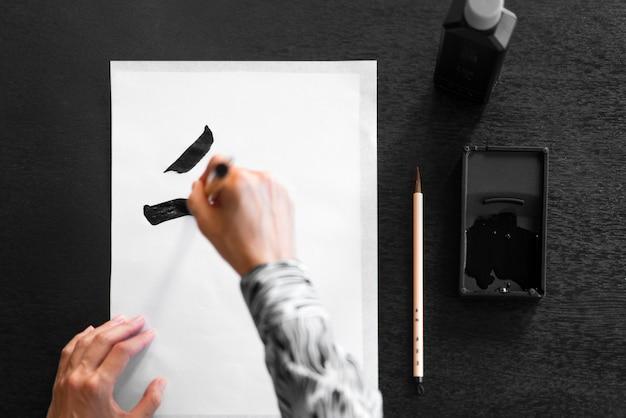 Peinture à la main en gros plan